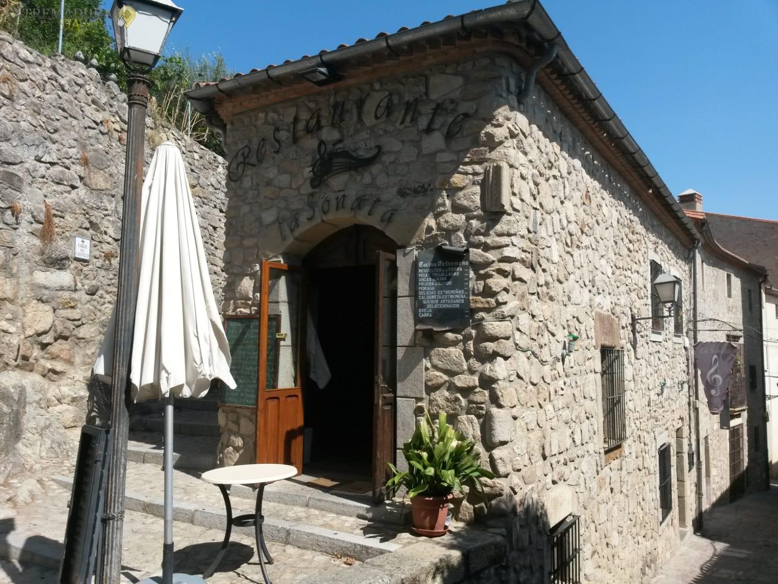 se vende casa antigua de piedra en Trujillo plaza